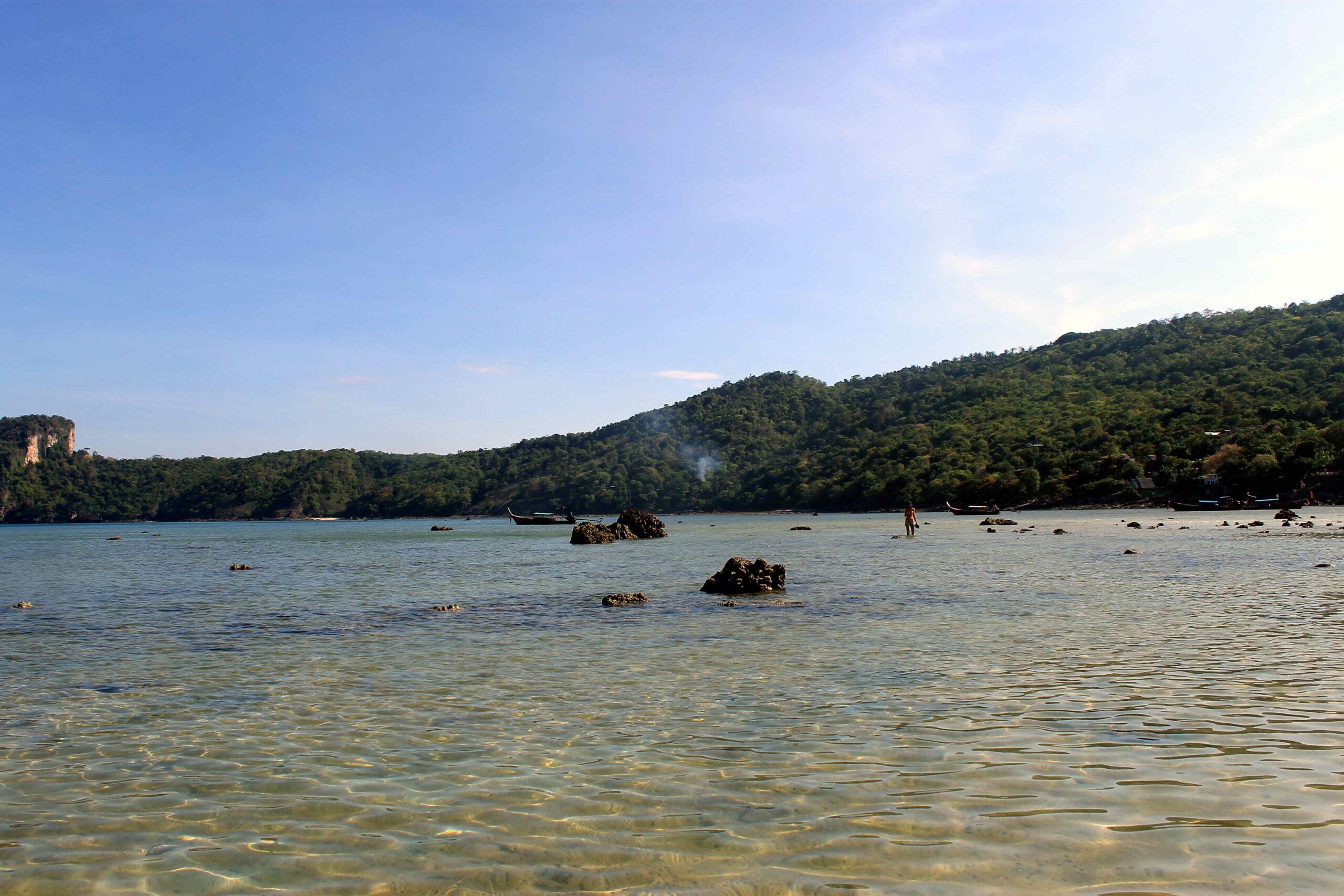 Playa y mar en Phi Phi Don