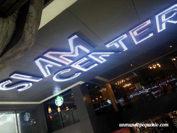 Entrada al Shopping Siam Center en Bangkok