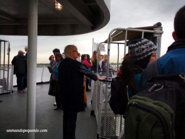 gente-en-el-ferry-hacia-la-estatua-de-la-libertad