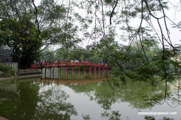 Puente sobre el lago Hoan Kiem de Hanoi