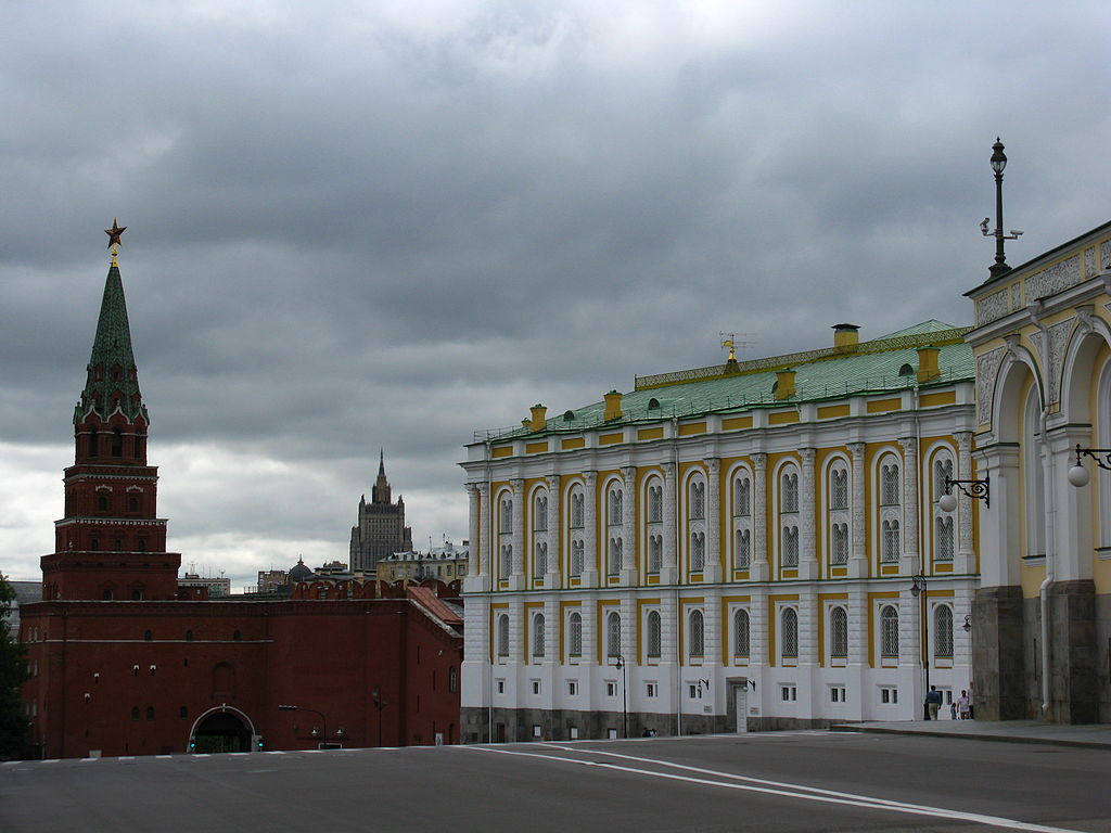 1024px-Borovitskaya_Tower_and_Kremlin_Armory