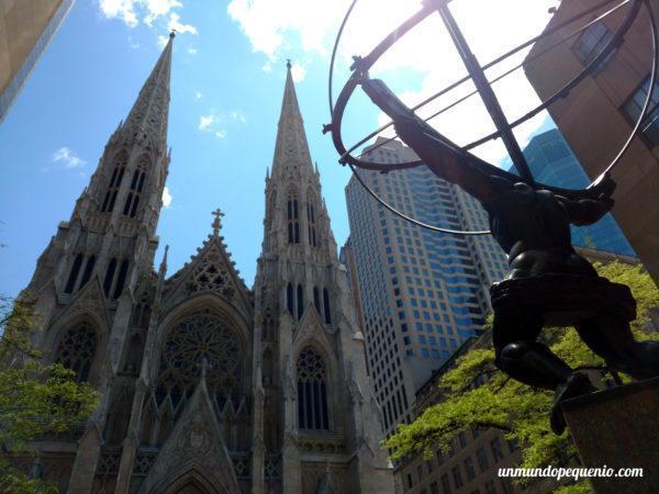 Estatua del Atlas del Rockefelelr Center frente a la Catedral de San Patricio