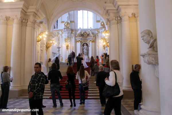 Novios tomándose fotos en el hall del Hermitage