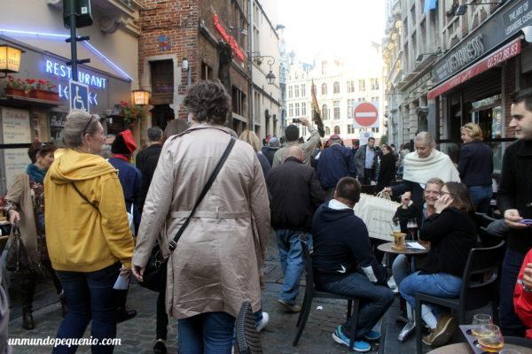 Gente tomando cerveza en una calle de Bruselas