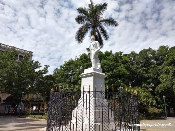 Estatua de José Martí en la Plaza de Armas de La Habana