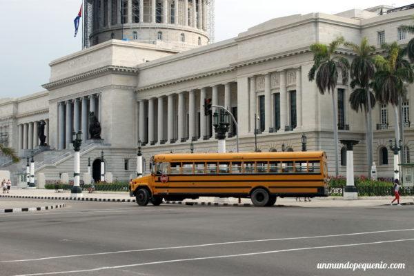 Los cubanos viajan en estos buses escolares viejos
