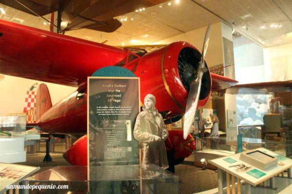 Amelia Earhart y el Lockheed 5B Vega