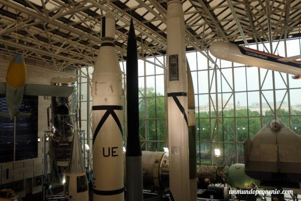 Réplica del cohete Júpiter-C y otros