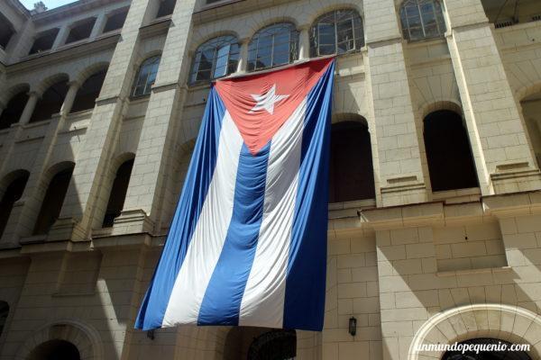 Bandera cubana en el patio del Museo de la Revolución