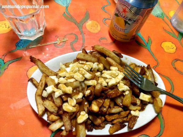 Plato de poutine vegetariano