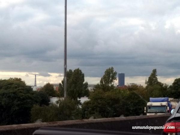 La torre Eiffel a lo lejos