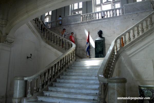 Escalera principal del Museo de la Revolución