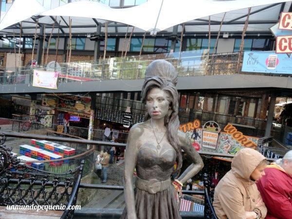 Estatua de Amy Winehouse