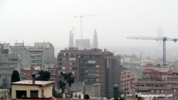 La Sagrada Familia vista desde el Park Güell un día de lluvia