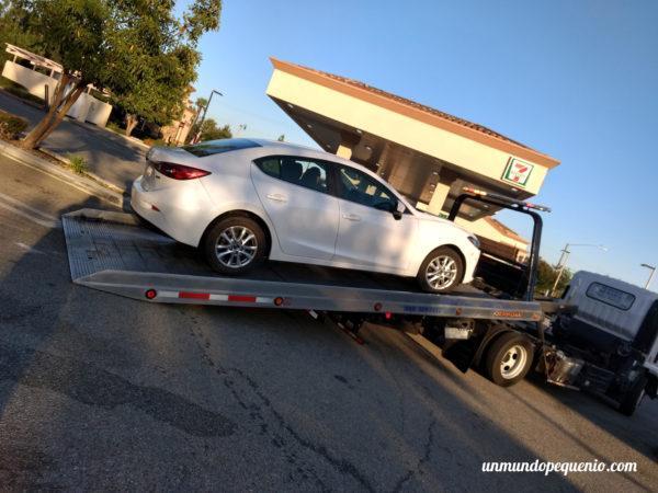 Mazda 3 sobre grúa