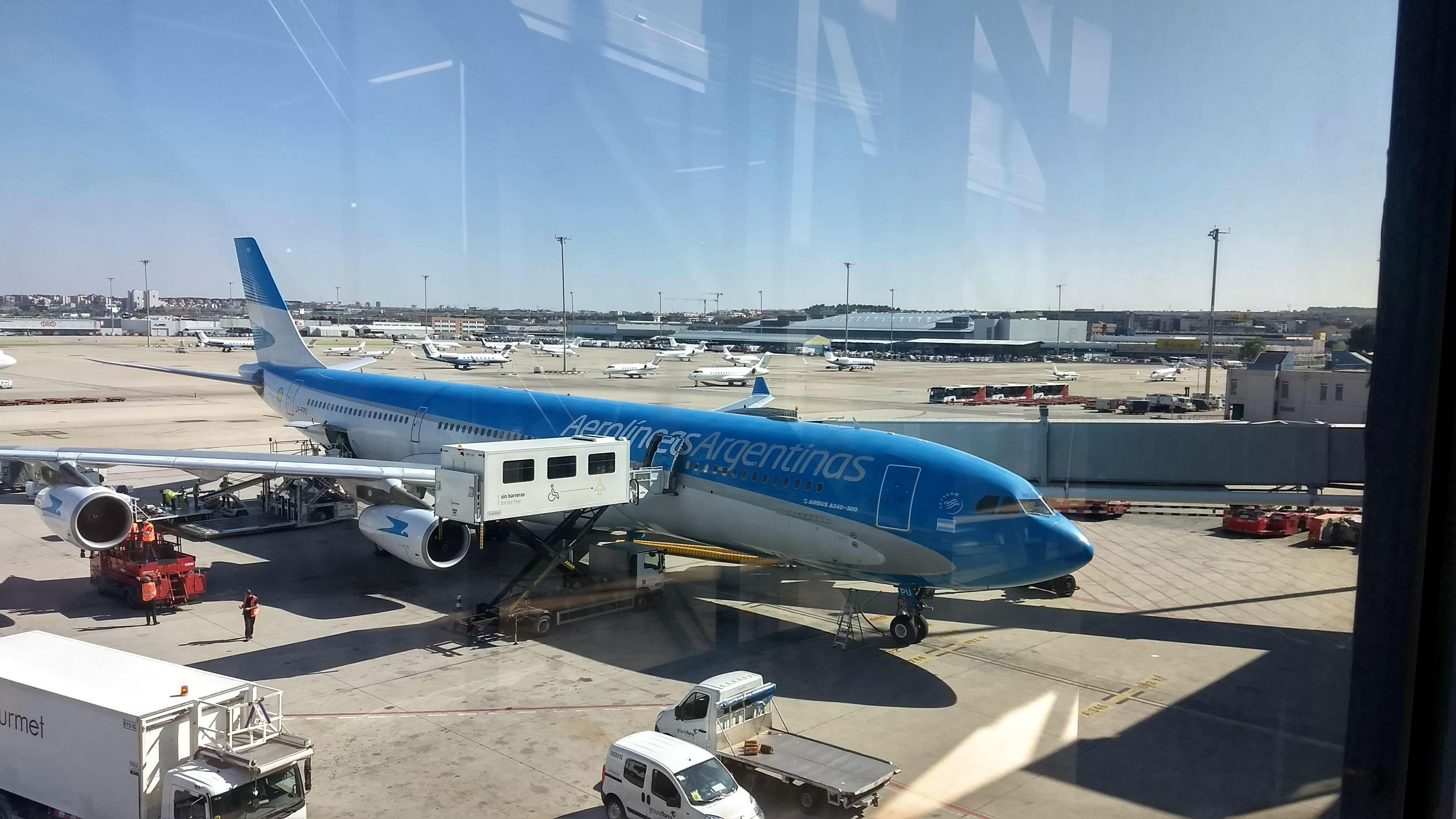Avión de Aerolíneas Argentinas en el aeropuerto de Madrid Barajas