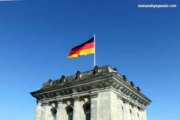 Bandera alemana en el Reichstag