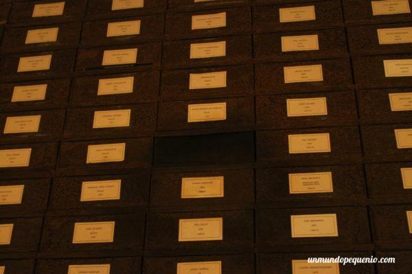 Cajas con los nombres de los parlamentarios hasta 1999