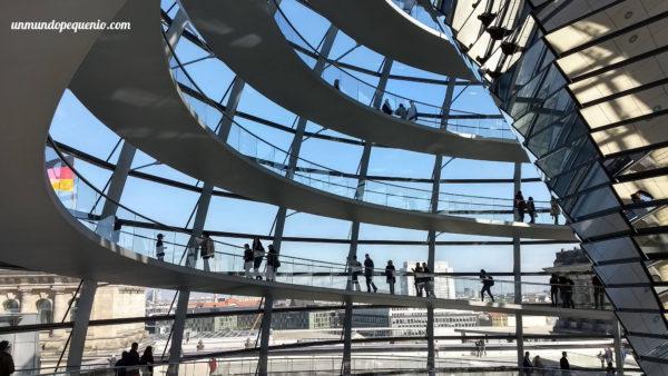 Gente subiendo la cúpula del Reichstag