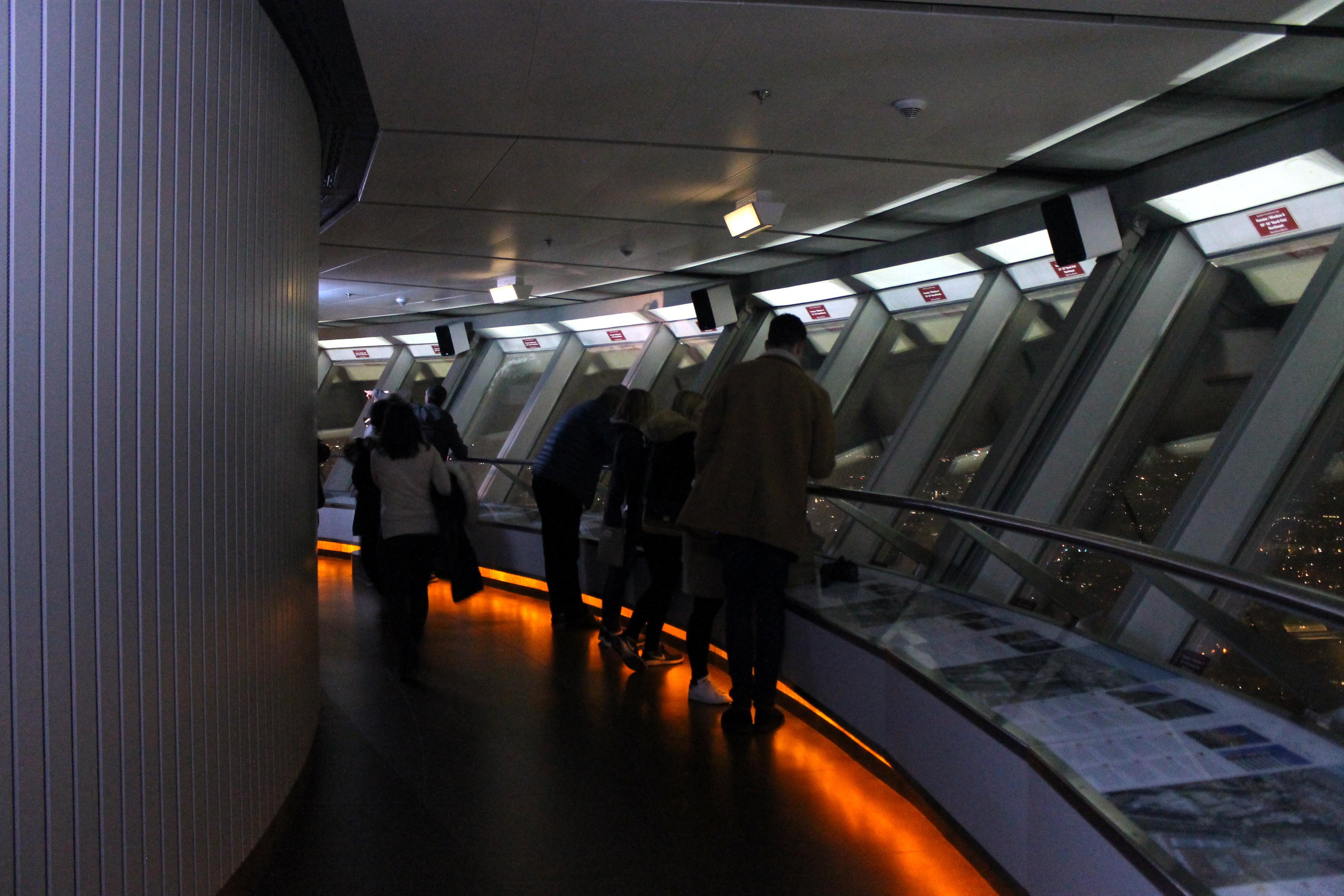 Interior torre de TV Berlín de noche