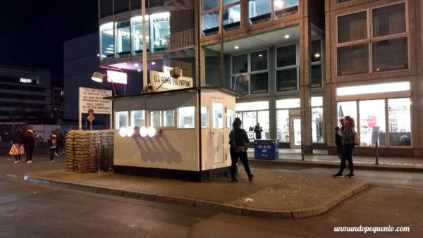 Checkpoint Charlie de noche