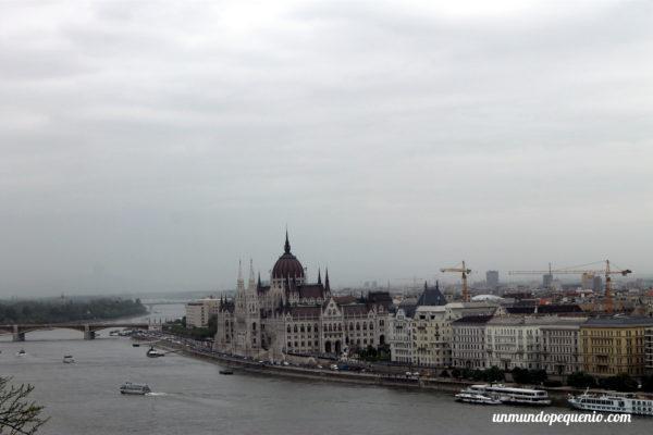 Río Danubio y Parlamento de Budapest