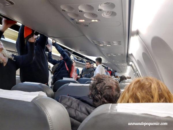 Pasajeros embarcando vuelo Mendoza-Buenos Aires