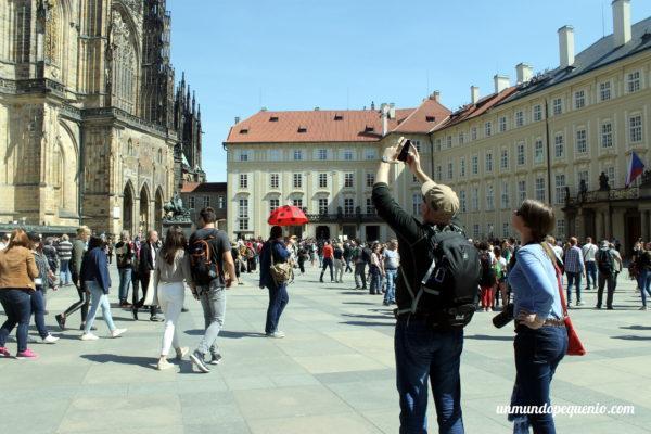 Turistas en el castillo de Praga