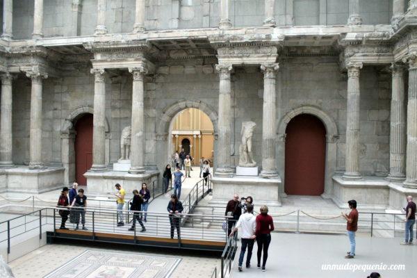 Gente mirando la puerta de Mileto