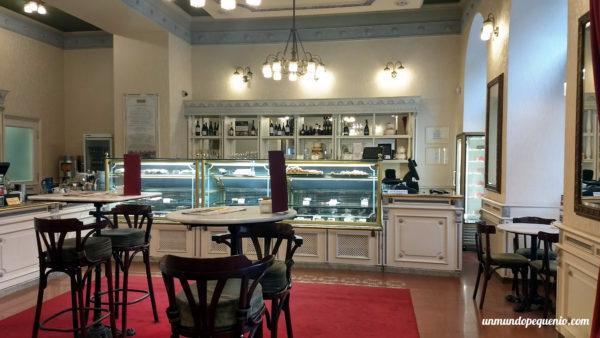 Salón principal de la pastelería Hauer de Budapest