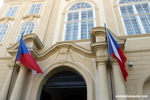 Banderas checas en la entrada al Castillo de Praga