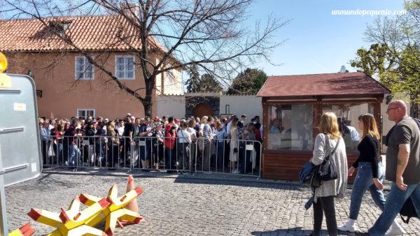 Fila de seguridad para ingresar al Castillo de Praga