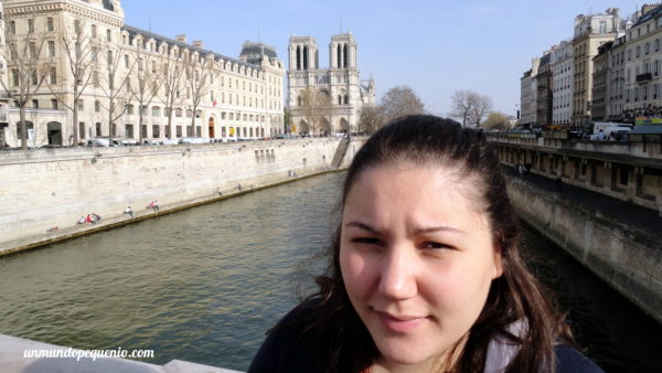 Con Notre Dame de fondo