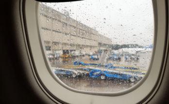 Ventanilla de avión mojada