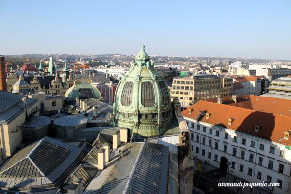 Cúpulas de Praga vistas desde la Torre de la Pólvora