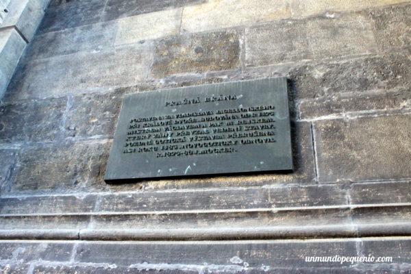 Placa sobre la remodelación de la Torre de la Pólvora